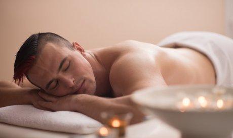 Esthéticienne pour un soin gommage du dos à domicile Sens